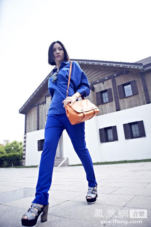 姚贝娜拍摄春夏主题街拍 宝蓝色裤装化身霸气女王