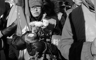 """原标题:爷爷走好连心桥交给我们   摄/法制晚报记者     (   ) 今天上午,""""窦珍志愿者服务队""""的旗正式进行交接,仪式的主角--87岁的""""扫桥爷爷""""窦珍却已在11月25日那天,从自己义务打扫了11年的""""连心桥""""上跌下,永远地离开了."""