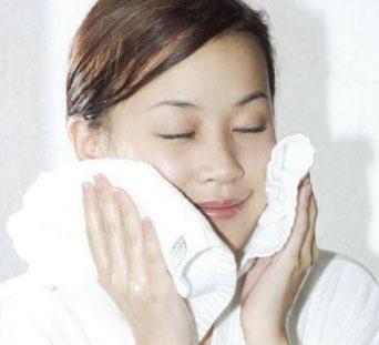 洗脸的正确方法no.4:不要用毛巾用力擦脸