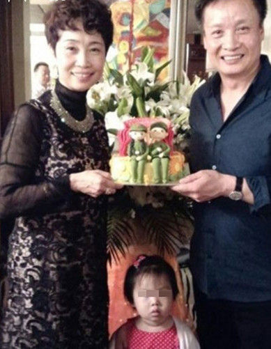 月11日,女儿女婿为祝贺阎维文与刘卫星结婚三十周年,精心策划了图片