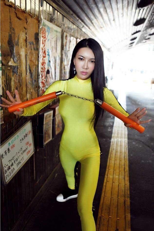 龚玥菲东京街头模仿李小龙 扬言决斗苍井空