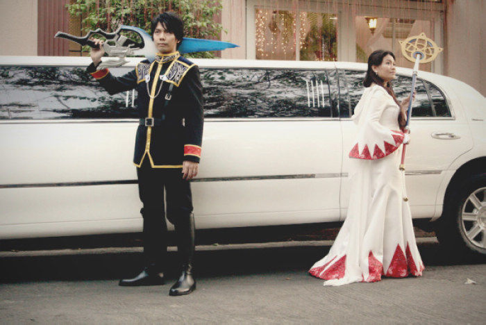 对于自己未来的婚礼是不是都有想法了呢?是决定走跟一般婚礼一样的形式,办一个相当符合现代社会的浪漫婚礼,还是用一个新郎新娘双方都喜爱的主题,来办一场独具特色的婚礼呢?像是之前台湾就有一对《魔兽世界》玩家,自行举办了相当用心的《魔兽世界》主题婚礼,相信那样的婚礼应该都是魔兽玩家所向往的吧?近期又有一对玩家以自己所最爱的游戏作为自己的婚礼主题,但这次的不是《魔兽世界》,而是经典游戏《最终幻想(Final Fantasy)》系列!图为新郎Choi(左),新娘Charlene(右)。