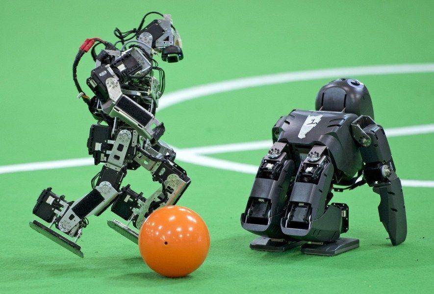 10、机器人世界杯:机器人在今年德国马格德堡举办的机器人世界杯足球锦标赛上展示球技.