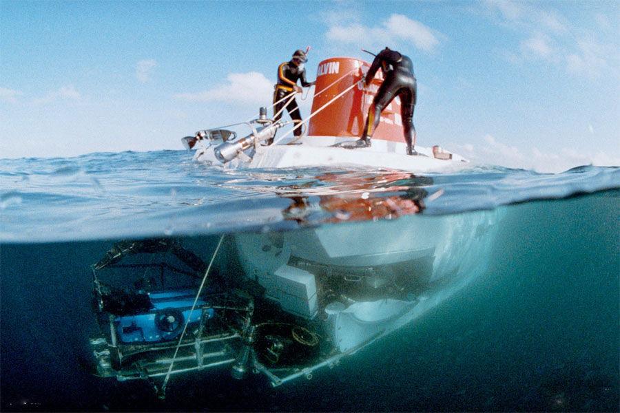 直接观测表明:海水温度日变化很小,变化水深范围从0-30米处,而年变化可到达水深350米左右处。在水深350米左右处,有一个恒温层。但随深度增加,水温逐渐下降(每深1000米,约下降1℃-2℃),在水深3000-4000米处,温度达到2℃-1℃。