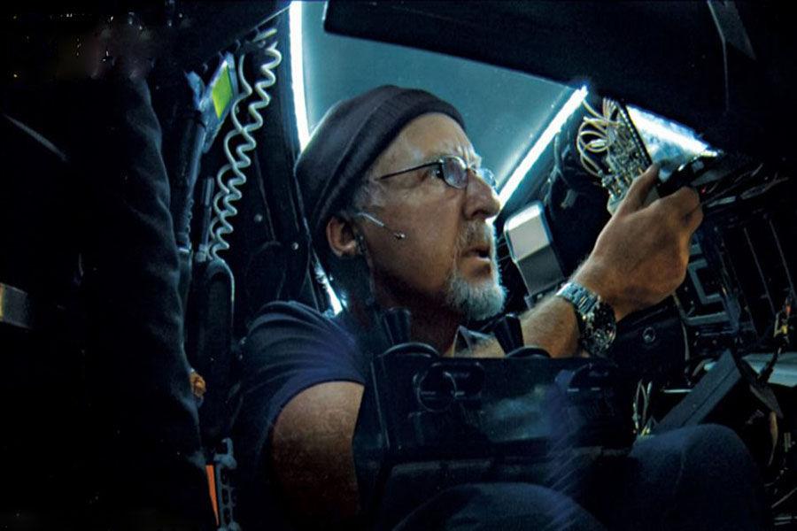 """2012年3月,美国好莱坞著名导演詹姆斯-卡梅隆独自乘坐潜艇""""深海挑战者""""号,下潜近11千米,探底西太平洋马里亚纳海沟。关岛当地时间26日7:52,卡梅隆成功下潜至马里亚纳海沟的挑战者海渊底部,当地时间26日上午返回水面。"""