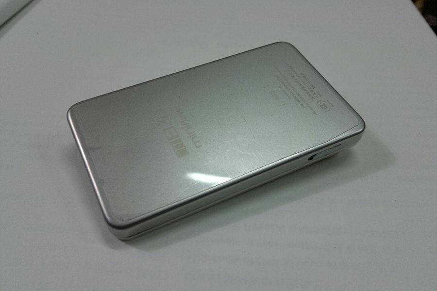 魅族CEO黄章也在微博中回击雷军,说明魅族早在 2007 年的魅族 M6 就用上了304不锈钢,MX、MX2、MX3手机的中框也是是用了304不锈钢做骨架。不过魅族也认识到304不锈钢并不耐磨,表面很容易留下划痕。