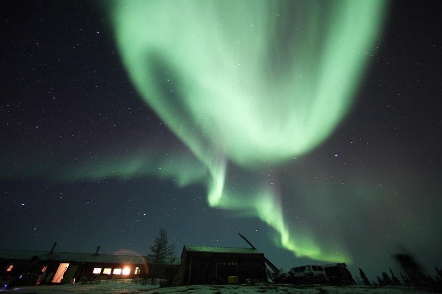 在阿拉斯加清澈的夜空,天上布满了碎钻般的星星,一道道翠绿的极光漂流其上,极光那种特有的晶莹剔透宝石绿,让渺小的我们如何能不为之震撼。这就是北极光,第一次见到的人都会流泪的北极光。美丽的天空,为阿拉斯加展示了闪闪生辉的漫长冬夜。