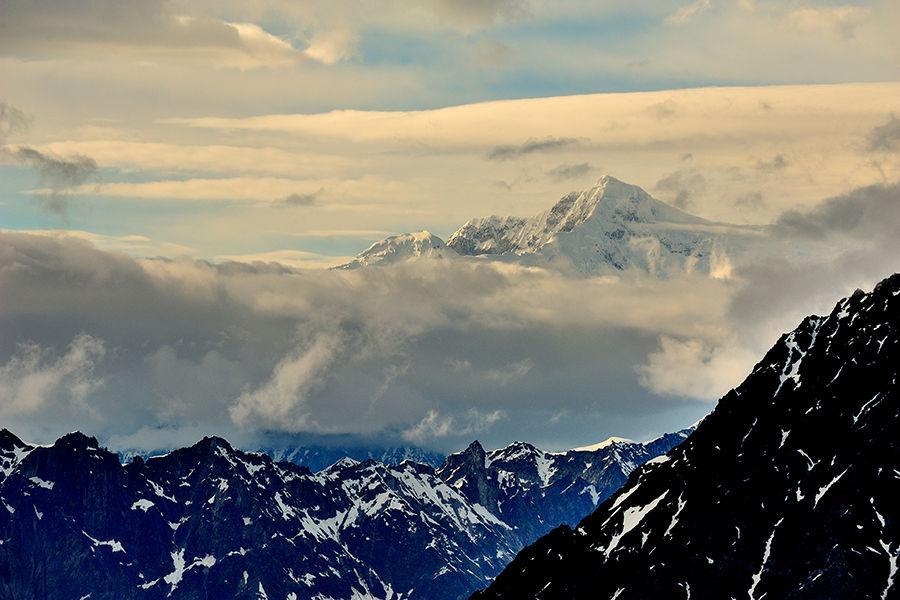 麦金利峰(Mount McKinley),位于阿拉斯加州东南部,海拔6194米,是北美洲最高峰,也是美国的最高峰。由于山体靠近北极圈,虽然顶峰只有6194米,但周围景象却酷似北极,层层冰盖掩住山体,无数冰河纵横其中,有时风速可达每小时160公里。