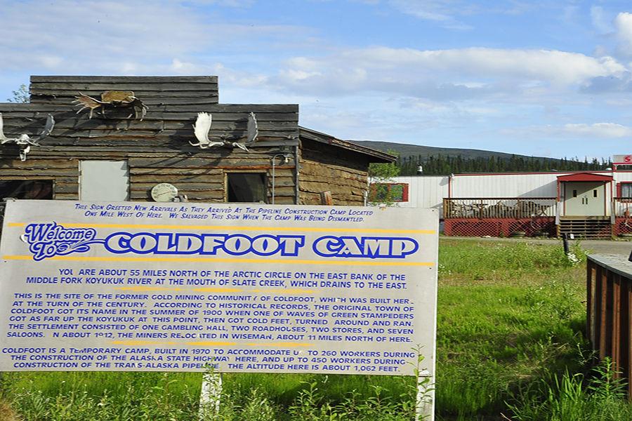 但是,想看到这些奇观并不容易,上世纪初,大量不辞辛苦北上的淘金客终于无法忍受严寒的气候,从北极圈的一块冻土上踏上南归路。正如这个名字一样——寇夫(Coldfoot,冻脚之意)。这是个典型的非村非镇的地方,严格意义上只是个居民点,人口总数不足10人。