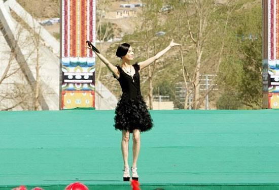 """吉祥如意""""慰问演出,在青海省玉树州结古镇格萨尔广场举行."""