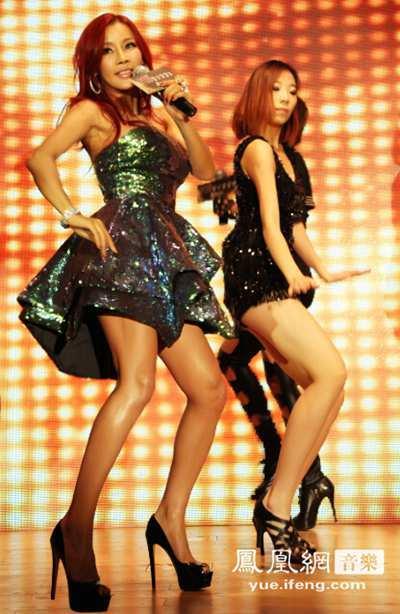 米娜助阵江西某文化节 性感热舞与观众亲切互动