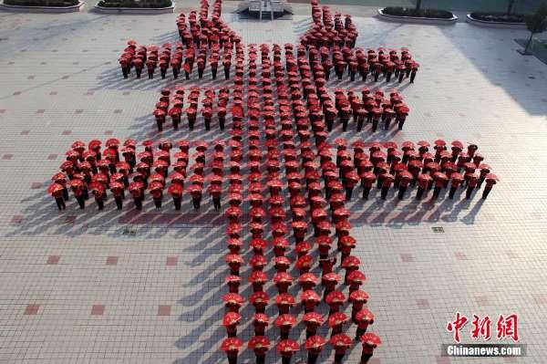 """[童年读后感500字]江苏500学生组巨型""""羊""""字呤诵弟子"""