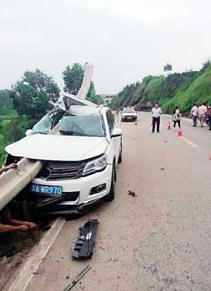 惨烈车祸发生前 女司机正扭头给后排递手机高清图片