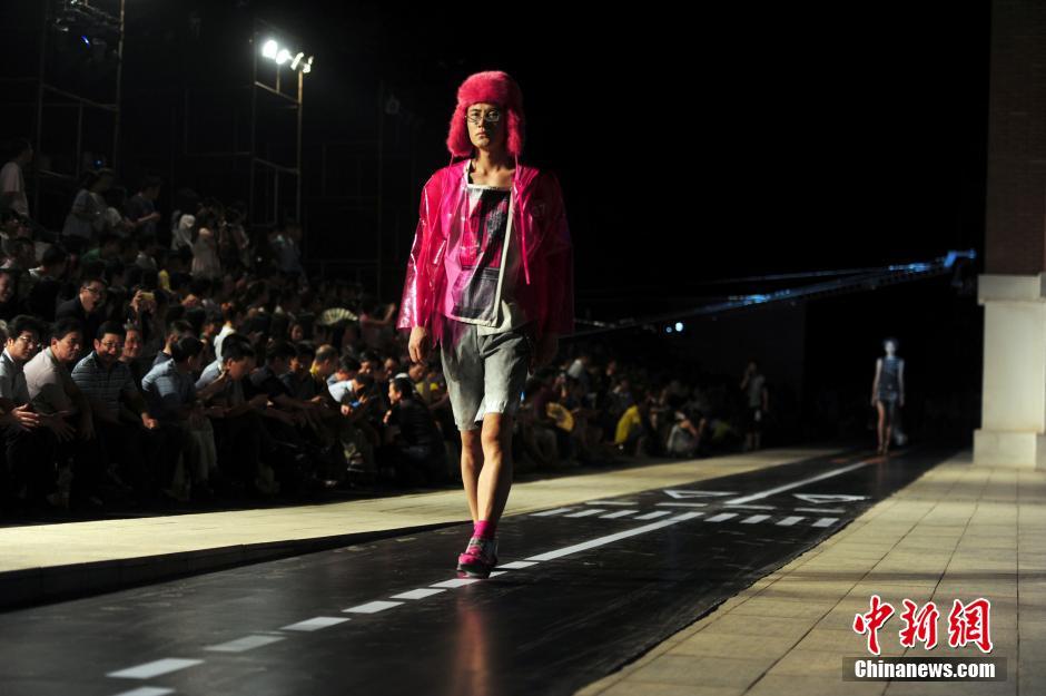 武汉服装设计专业大学生毕业作品走秀