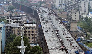 武汉居民楼和高架桥相距仅2米 房子采光通风受影响
