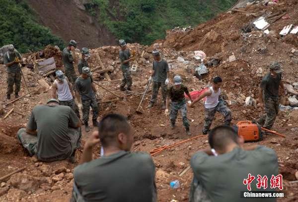 余位救援人员在云南鲁甸地震重灾区龙头山镇甘家寨搜寻失踪村民.图片