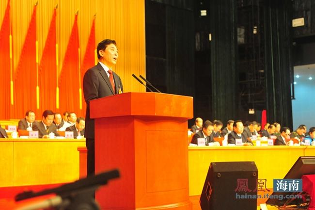 省政协主席于迅代表政协海南省第六届委员会常务委员会,向大会作工作报告。