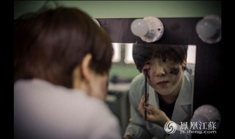 """今年22岁的史亚楠是南京""""pulupulu恐怖病院""""里的一名""""NPC""""(意为:角色扮演)。这位活泼热情的东北姑娘,每天早上上班的第一件事就要是给自己""""画一个无比惨烈的妆""""。化妆的唯一要求就是""""你不能把自己画的美美哒"""",而是""""越惨越好!""""。(胥大伟 陈娟/文 杨光泽/摄)"""