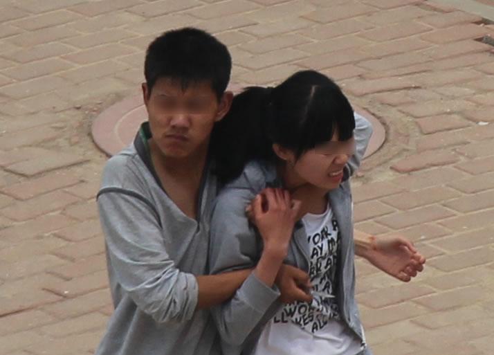 组图:男子校园劫持女生与警方僵持50分钟 教育