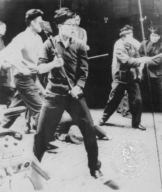 在1967年文化大革命的动乱达到高潮的时候,红卫兵闯入并焚烧了印尼驻北京大使馆,在苏联驻北京大使馆前举行大规模的示威游行。中国留学生途经莫斯科时,下车到红场煽动俄国人,引起了流血冲突,然后在西伯利亚的归途上向火车内的乘客展示包扎着伤口的绷带(他们说伤口是沙俄式的骑兵的殴打造成的)。(图片来源:爱历史的凤凰博报,文字来源:中国社会科学出版社版《剑桥中国史·中华人民共和国史》)