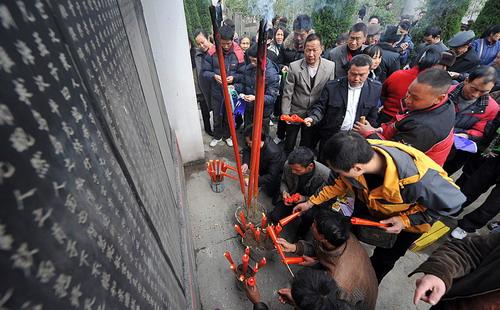 """2010年3月25日,刘氏家族盛况空前的""""清明会""""在大邑安仁刘氏公馆前举行。""""四川第一家族""""大聚会本来预计650人,最后来了上千人,有200刘姓人因为找不到位子,只好离去。刘氏后人分别来自北京、成都、雅安、安仁本地,相隔7代,最老的95岁,最小的不到1岁,刘文辉六兄弟中有五人的后代赴宴。发起刘氏家族首次团聚的刘文彩之孙刘小飞已两天没合眼,但看着多年天各一方的族人终于团聚,他十分欣慰:原本认为刘氏家族只有十五代,结果已有十七代。(来源:天府早报)"""