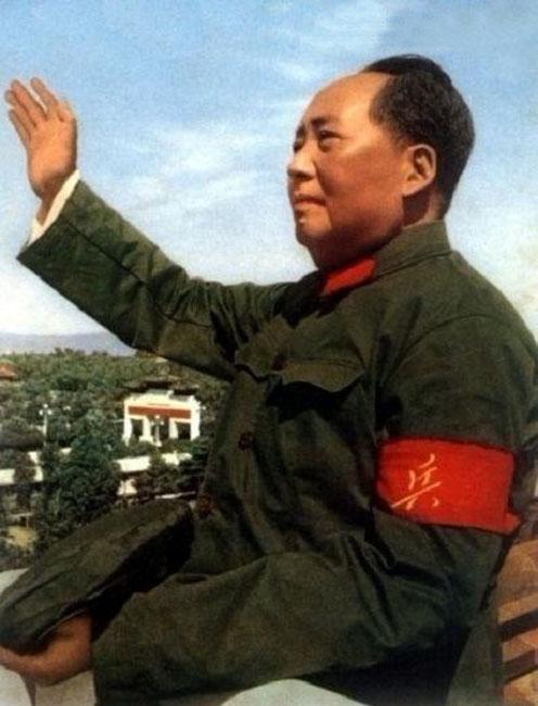 毛泽东八次检阅红卫兵的时间分别是在1966年8月18日,8月31日,9月15日,10月1日,10月18日,11月3日,11月10日、11日,11月25日、11月26日。其中,11月10、11日,11月25、26日的检阅由于间隔时间很短,均被算作一次。(来源:凤凰网历史)图为1966年8月18日毛泽东首次接见红卫兵,这是最常见的宣传照片,在这张照片中,毛泽东的左手和右手臂之间有一栋白色建筑,并且毛泽东佩戴的袖章右下侧有凸起。