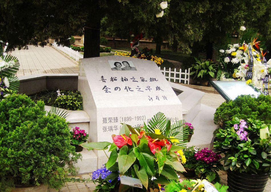 聂荣臻(1899-1992),字福骈,四川江津(现重庆市江津区)人。中华人民共和国著名革命家、政治家、军事家。中国人民解放军创建人和领导人之一,中华人民共和国十大元帅之一,为中国国防军事现代化做出了重大贡献。聂荣臻元帅墓在东风革命烈士陵园内,陵园与载人航天发射塔遥遥相望。(来源:凤凰网历史)图为聂荣臻与夫人的合葬墓。