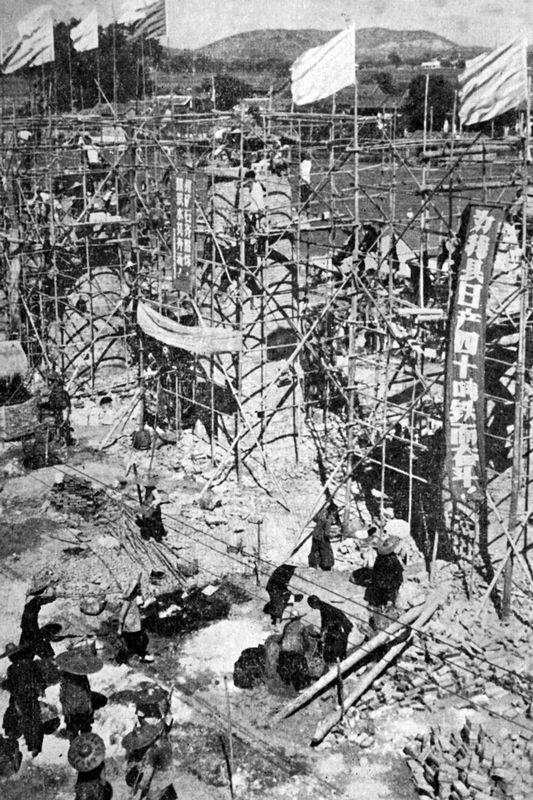 """1958年5月中共八大二次提出要使中国在15年或更短的时间内赶超英国。8月,中共中央政治局北戴河会议,确定了一批工农业生产的高指标,提出1958年钢产量翻番,作为实现""""大跃进""""的重要步骤,达到1070万吨,随后全国各地掀起大炼钢铁的运动。图为大跃进中大炼钢铁场景。"""