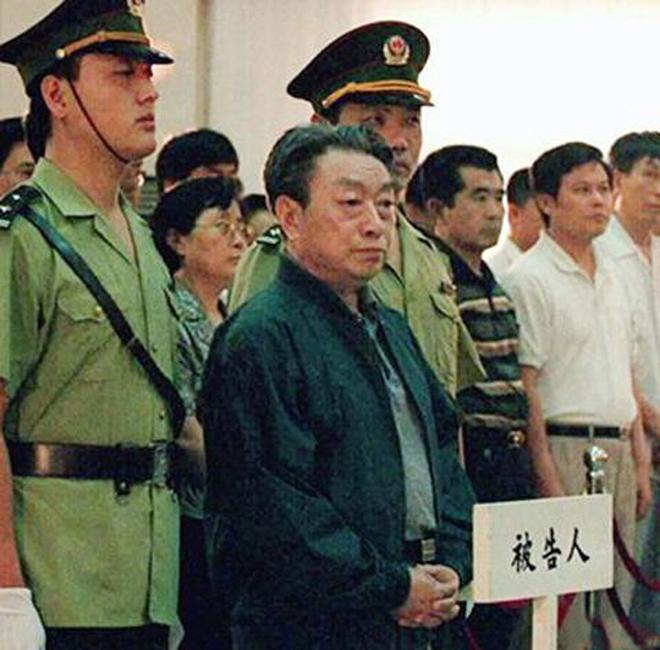 1998年7月31日,北京市高级人民法院对陈希同贪污,玩忽职守案进行了公开宣判:以贪污罪判处陈希同有期徒刑13年;以玩忽职守罪判处陈希同有期徒刑4年;两罪并罚,决定执行有期徒刑16年。赃物没收上缴国库。(来源:人民网)图为在法庭上的陈希同。