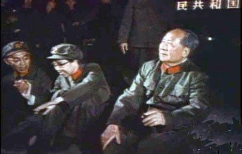 1938年8月,毛泽东与江青在延安开始同居,11月结婚,开始长达38年的婚姻生活。本组图是江青与毛泽东不同时期的合影旧照。(来源:凤凰网历史)图为毛泽东与江青在文革中的合影。
