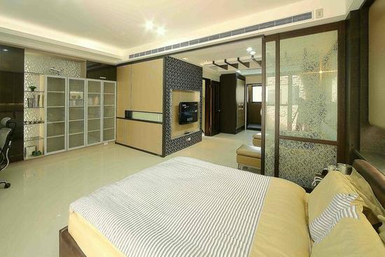 臥室顏色設計裝修效果圖之淡色系 這間臥室也是采用了淡色系,給人一種很輕松的感覺,很符合現代人對于臥室的要求。而實木系列的柜體,則給這種淡淡的色調增添了一種硬朗的感覺。讓人一看就知道這是一間男性的房間。 臥室顏色設計裝修效果圖六