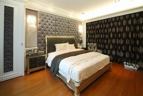 卧室颜色设计装修效果图之深色 这间房采用了深色系的颜色,给人一种典雅的气息。黑白灰的颜色简单的搭配,营造一种古典氛围。但是纯白的床上用品加上一条深黑色的被子,呈现出了一种简约的时尚风来。 卧室颜色设计装修效果图十