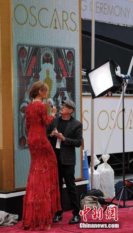 员在洛杉矶杜比剧院前为奥斯卡颁奖典礼做最后的准备工作.第87届