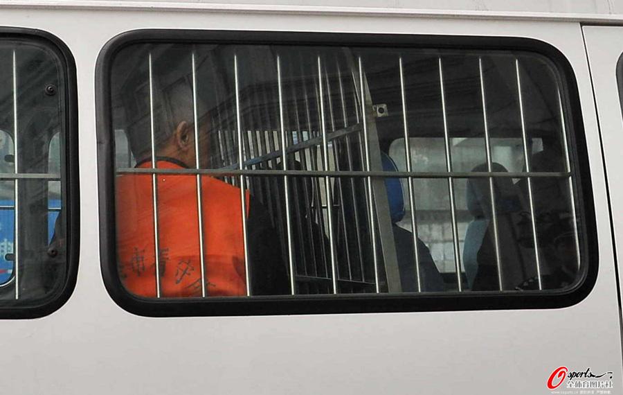 2012年4月24日上午9时,中国足坛反赌案再度开庭,原中国足协副主席谢亚龙、原中国男足领队蔚少辉在丹东出庭受审。图为前中国足协副主席谢亚龙在警车内。