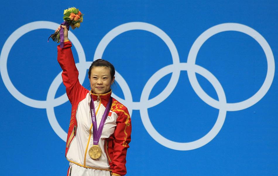2012年7月29日,王明娟夺女子48公斤级举重冠军,获中国第2金。图为王明娟站在领奖台上。