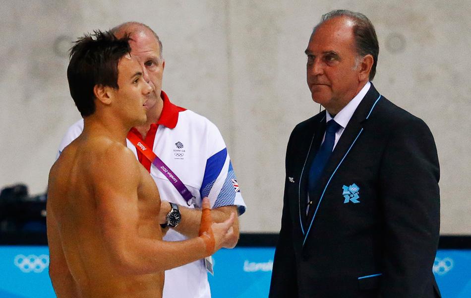 2012年伦敦奥运会跳水最后一项决赛正在进行,在男子10米台决赛中,戴利第一跳失误的情况下竟然申诉重跳成功,这创造了跳水史上一个不小的奇迹。图为戴利与裁判交流。