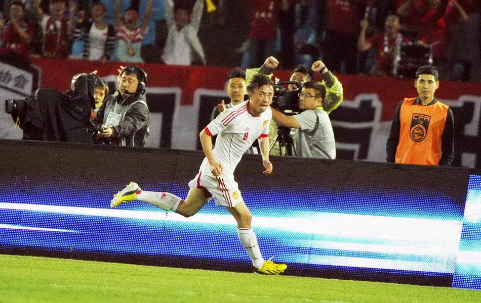 2013年6月6日,国际足球热身赛,中国1-2遭乌兹别克斯坦逆转。第31分钟,王永珀接到于大宝的传球后低射破门,这是他的国足首球。第45分钟,巴卡耶夫爆射世界波扳平。第55分钟,杰帕罗夫反击单刀破门反超。第58分钟,替补上场的武磊头球攻门险破门。图为王永珀利用对方失误首开纪录。