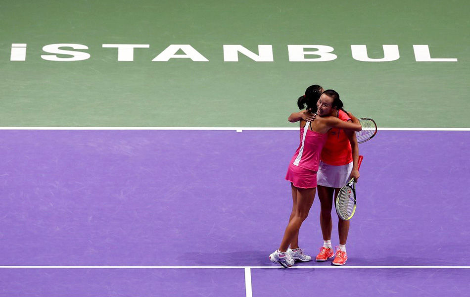 2013年10月26日,土耳其伊斯坦布尔,2013年WTA年终总决赛进入到女双半决赛的争夺。作为2号种子出战的彭帅/谢淑薇首盘挽救盘点之后7-6(5)/6-2完胜佩特洛娃/斯莱伯尼克,成为了第一对在年终总决赛女双比赛中收获胜利的中国组合,也是第一对晋级年终总决赛决赛的中国球员。