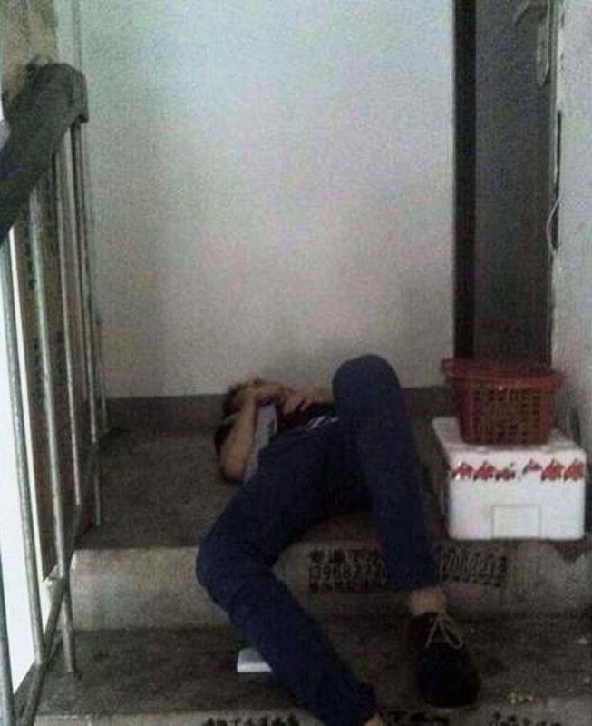 6月18日,宁波公安接到报警称:家门口躺着一个人。经过询问,警察了解到真相,小伙凌晨在酒吧看完球赛后,然后跑到了别人小区的楼梯口睡觉。蜀黍觉得小伙为了摸到这个地方估计也花了不少精力,身上有擦伤脑袋上撞出不少包。