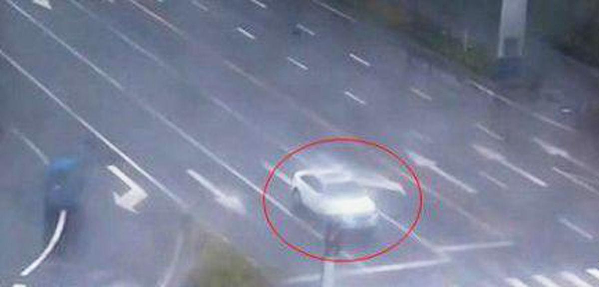近日,在宿迁泗阳某交叉路口,一辆白色的轿车停在路口等红灯,绿灯亮了但这辆白色轿车却纹丝不动,巡逻的交警发现后,走近一看司机已在车内睡着了,司机称昨晚熬夜看世界杯。随后交警强制让车主到路边休息。