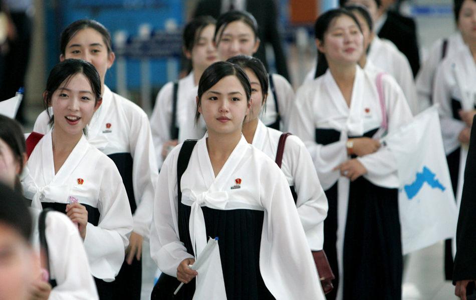 朝鲜拉拉队在韩国 李雪主领衔