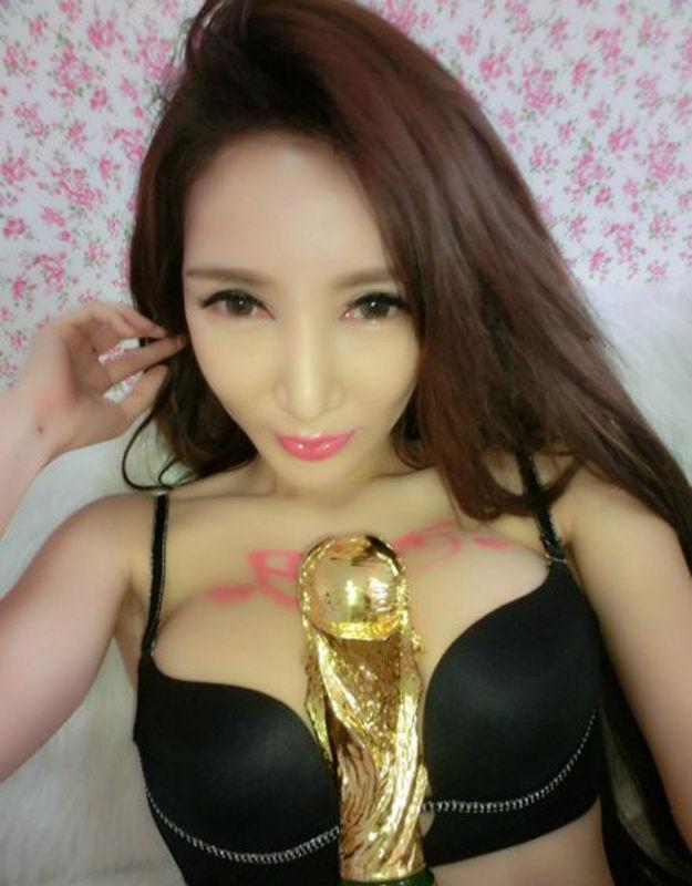 微博上一位有着E罩杯的嫩模约战40万炫富女,她称如果巴西输球,就将脱衣晒胸。