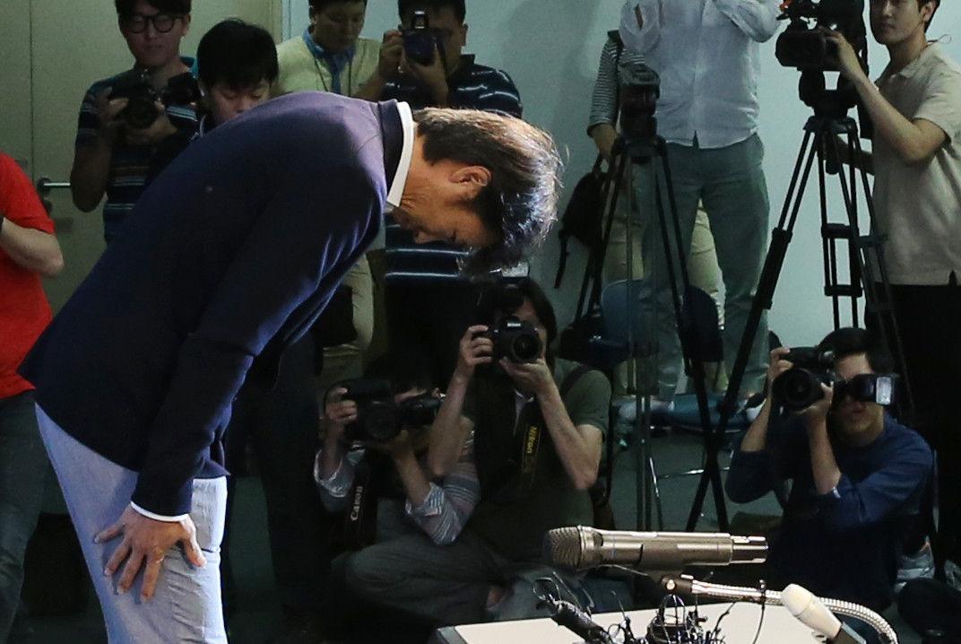 当地时间2014年7月10日,韩国首尔新门路足球会馆,韩国国家队主帅洪明甫召开发布会正式宣布辞职。几天前,韩国足协副主席许丁茂曾单方面宣布洪明甫将留任。