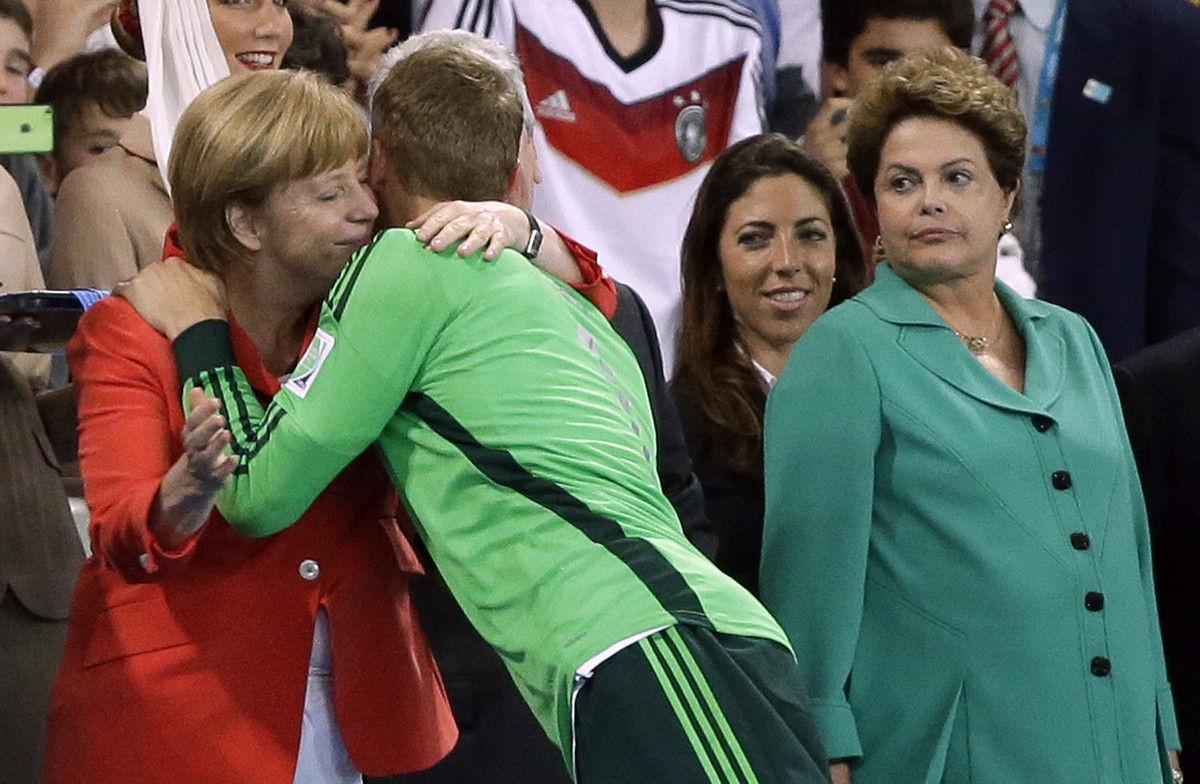 巴西总统为冠军颁奖,面无表情。