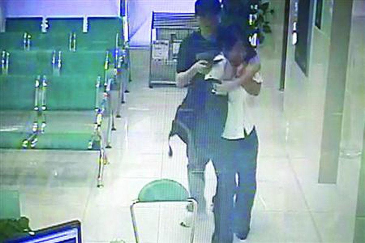 2014年7月14日,一名男子闯入上海沪南路591号农业银行北蔡支行,手持菜刀将女客户经理挟持,威胁银行立即给钱。面对突发事件,银行工作人员没有慌乱,悄悄按下警铃。被劫持者也冷静应对,趁男子持刀挥舞时,迅速下蹲,成功摆脱对方控制。