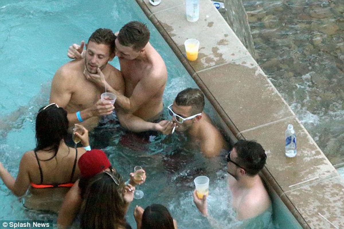 英格兰早早出局世界杯,球员世界各处度假依旧抢镜。威尔希尔在拉斯维加斯的泳池狂欢,与乔哈特嘴对嘴喂酒,香烟雪茄轮番上,整个场面非常糜烂。