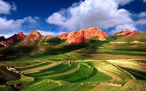 """像""""玫瑰色的云彩""""或者""""深红色的霞光"""",它主要由红色砂岩和"""