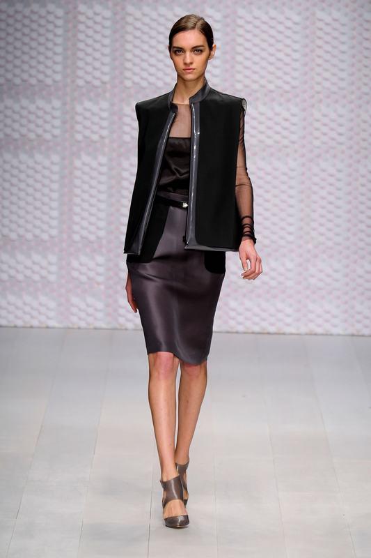 2013春夏伦敦时装周DAKS秀场上,经典的黑白搭配重现。尽管我们觉得在春夏时节应该让五颜六色穿到身上,但是DAKS的设计师似乎不这么认为。黑白,简约才是永久的流行。