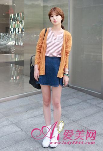 搭配tips:橘色针织开衫+红白条纹t恤+牛仔短裙