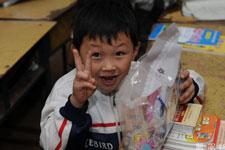 孩子们收到礼物非常高兴